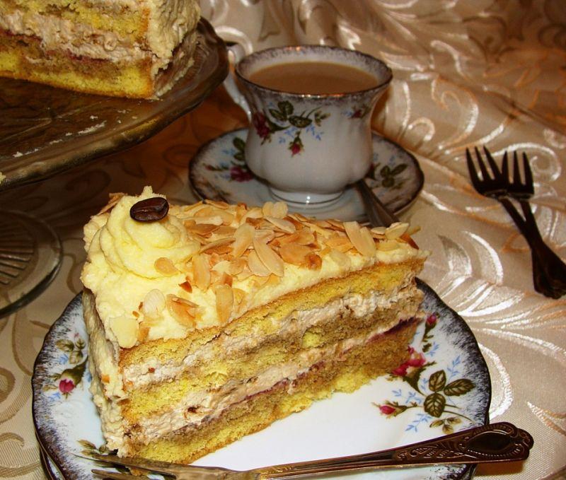 Tort kawowo-śmietanowy z migdałami