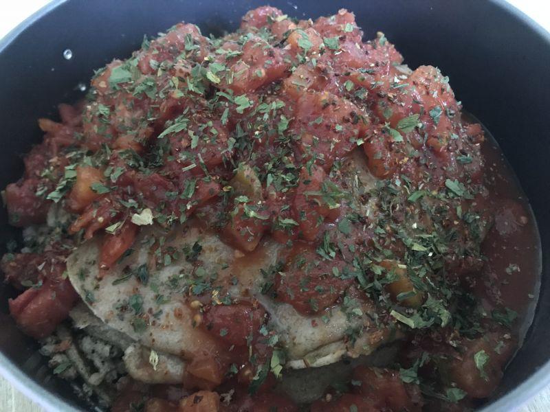 Tort naleśnikowy z mięsem i pomidorami