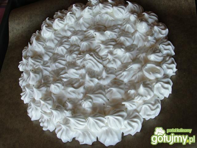 Tort pavlova z truskawkami i poziomkami