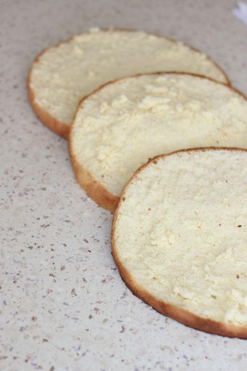 Tort z kremem i  karmelizowaną gruszką