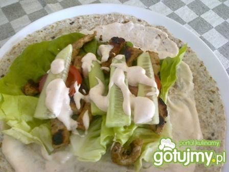 Tortilla z mięsem i warzywami.