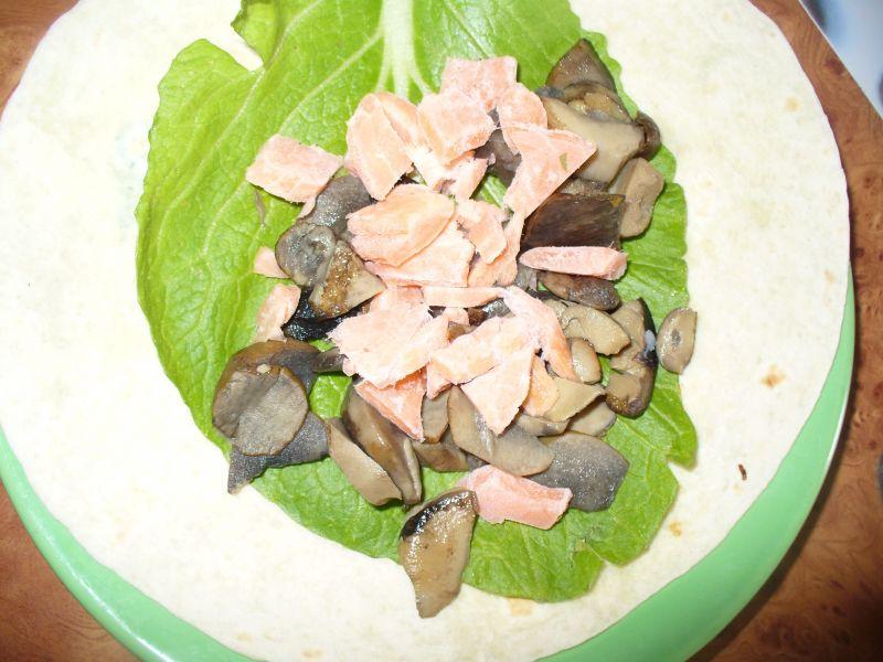 Tortilla z warzywami, grzybami i łososiem