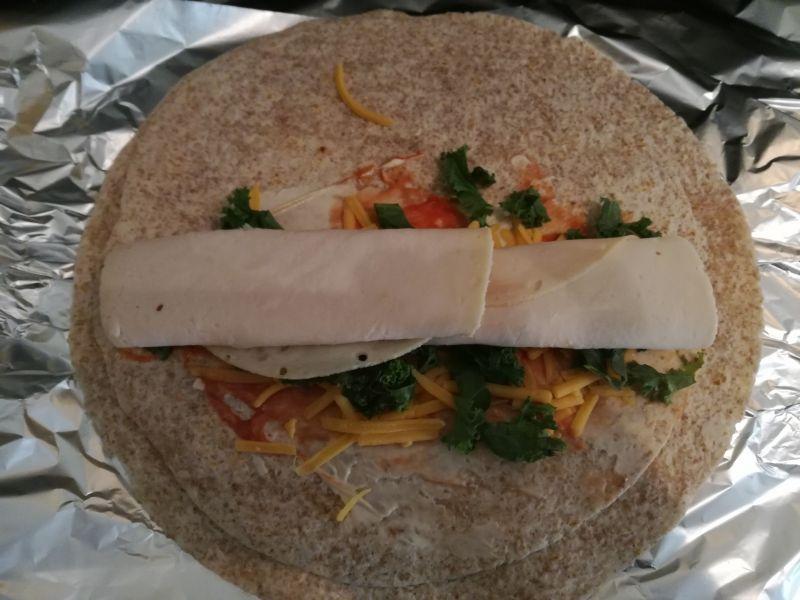 Tortilla żytnia z indykiem i jarmużem