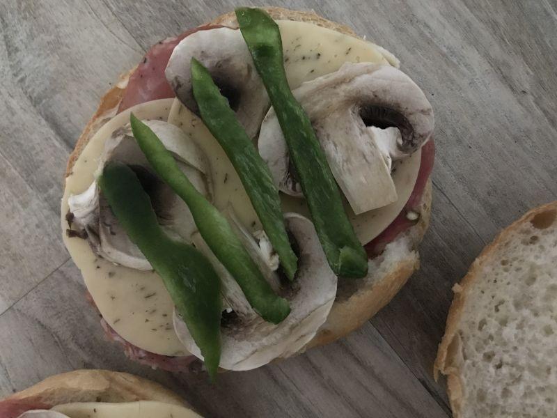 Tost z kindziukiem, pieczarkami, serem i papryką