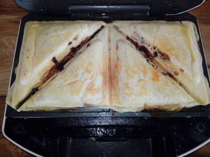 Tosty z ciasta francuskiego z bananem i czekoladą