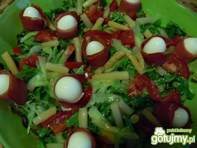 Trzy sałaty z przepiórczymi jajkami
