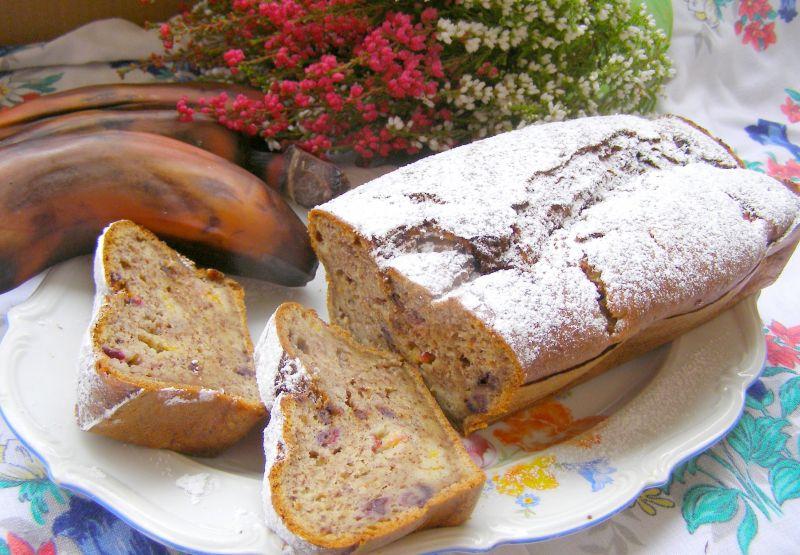 Ucierane ciasto  z brązowych bananów,śliwkami