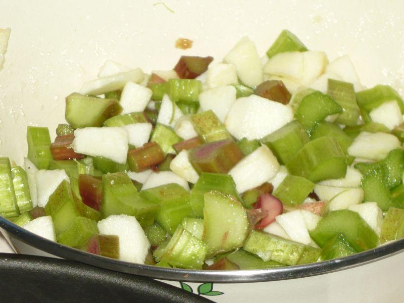 Ucierane ciasto z rabarbarem i jabłkiem