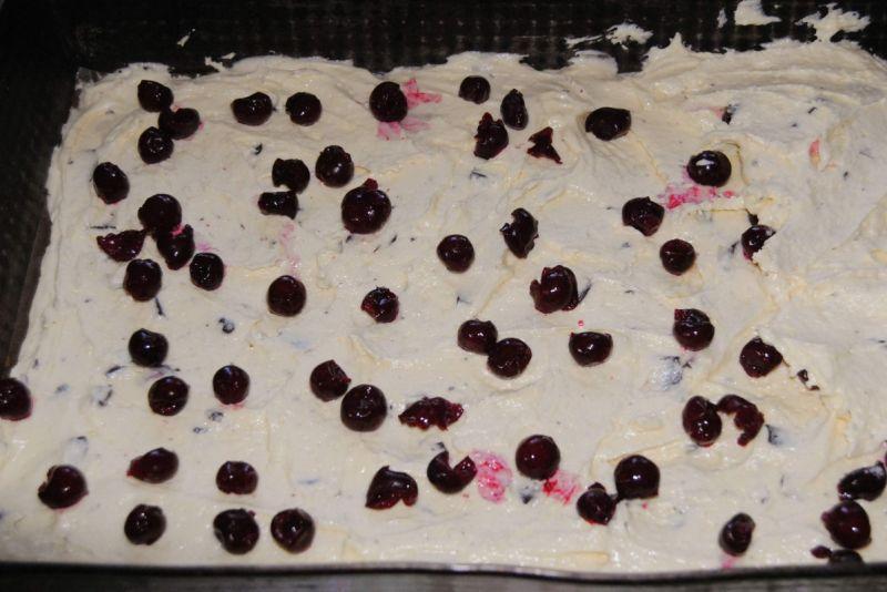Ucierane ciasto z wiśniami i czekoladą