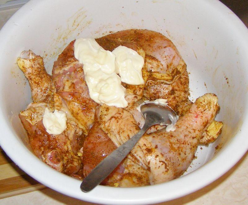 Udka pieczone kurczaka w majonezie,cebulą z rękawa