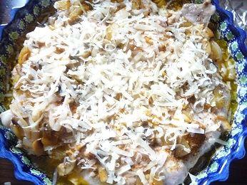 Udka pieczone z pieczarkami, cebulą i serem