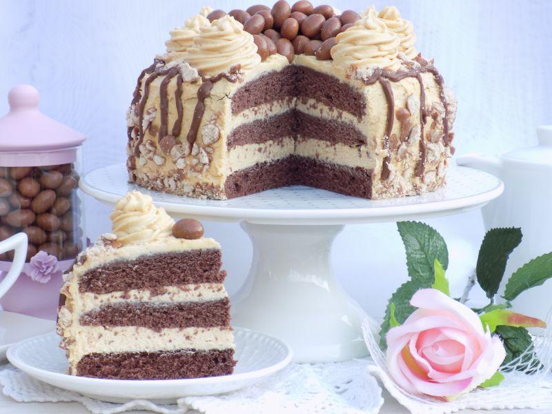 Urodzinowy tort z masłem orzechowym