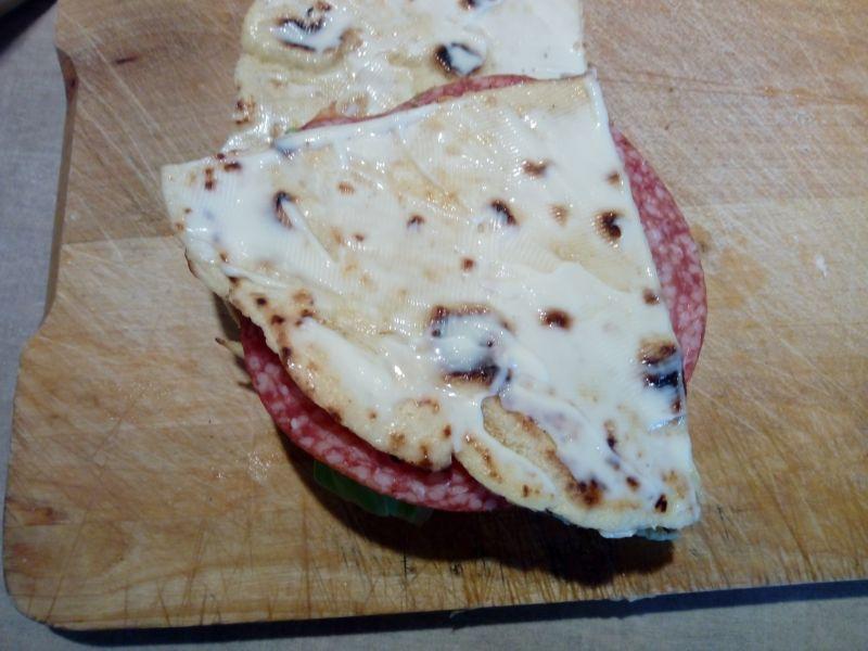 Warstwowa kanapka na tortilli