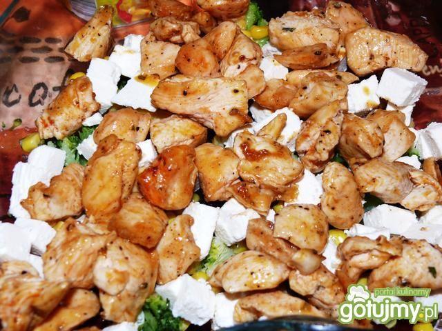 Warstwowa sałatka brokułowa z kurczakiem