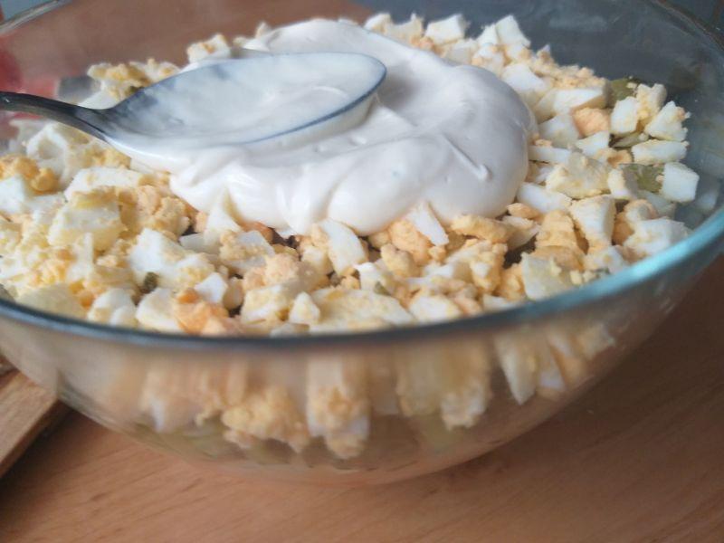 Warstwowa sałatka śledziowa z sosem