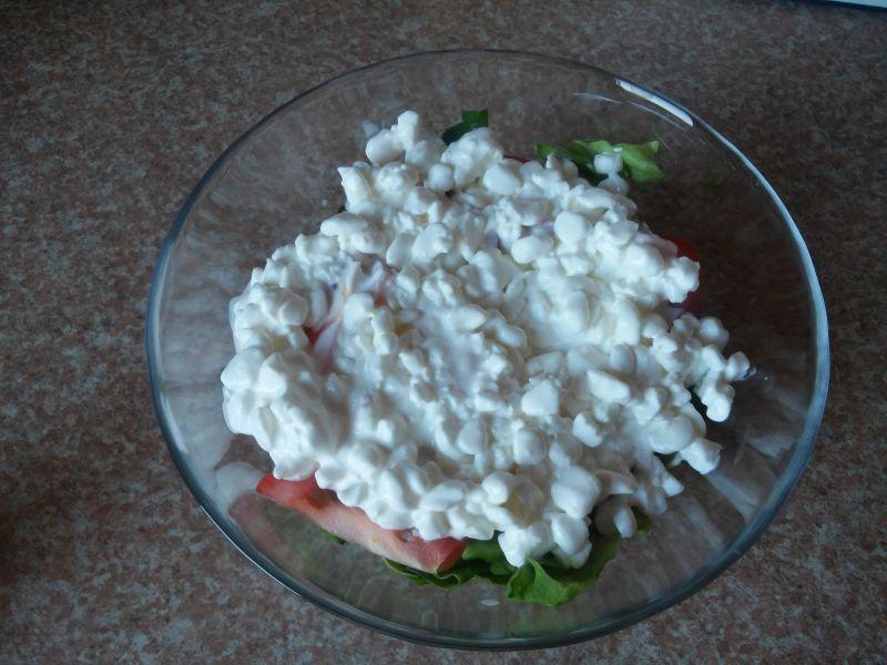 Warstwowa sałatka śniadaniowa z pokrzywą