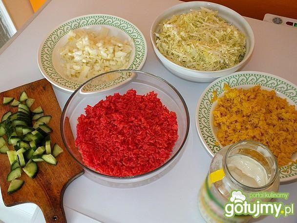 Warstwowa sałatka z barwionym ryżem