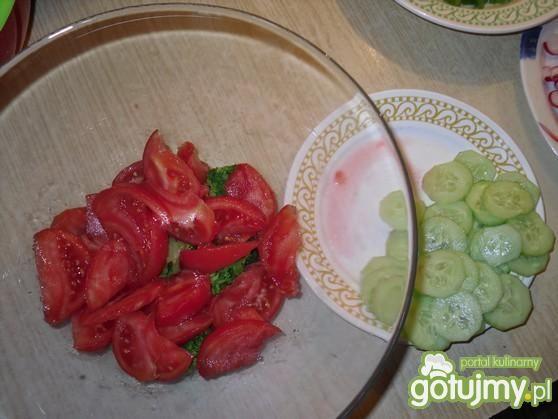 Warstwowa sałatka z brokułem