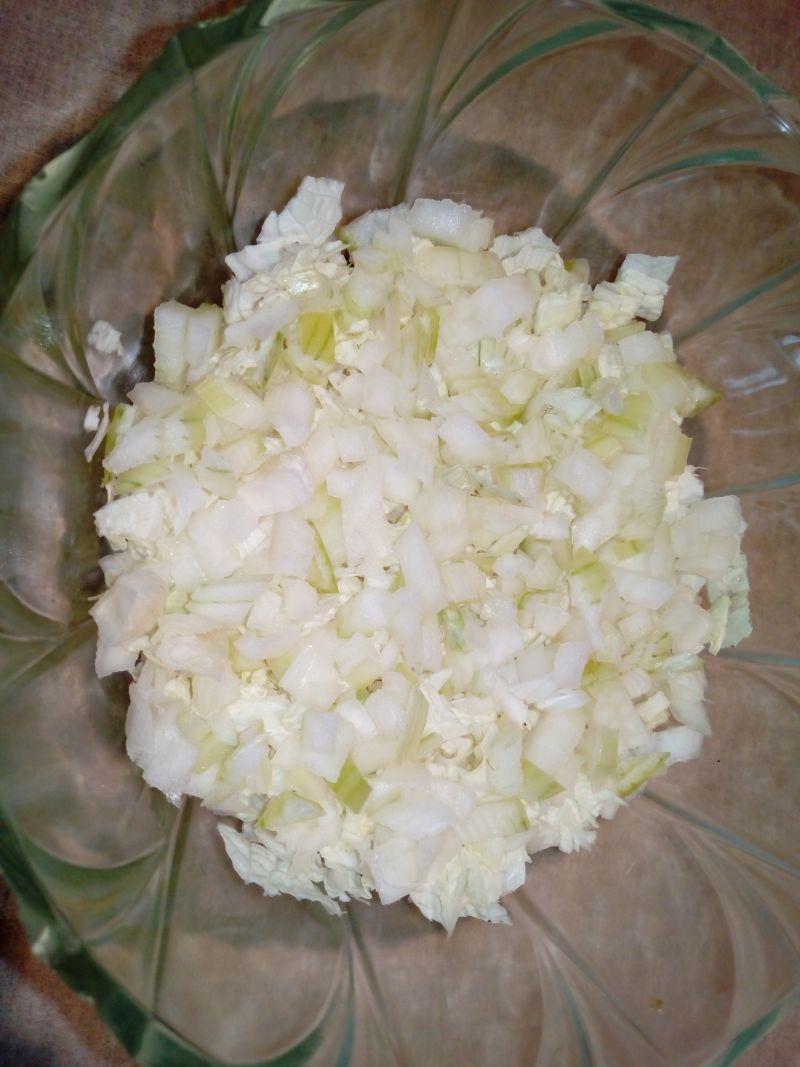 Warstwowa sałatka z brzoskwiniami