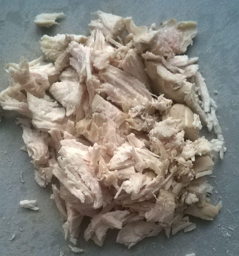 Warstwowa sałatka z gotowaną piersią kurczaka