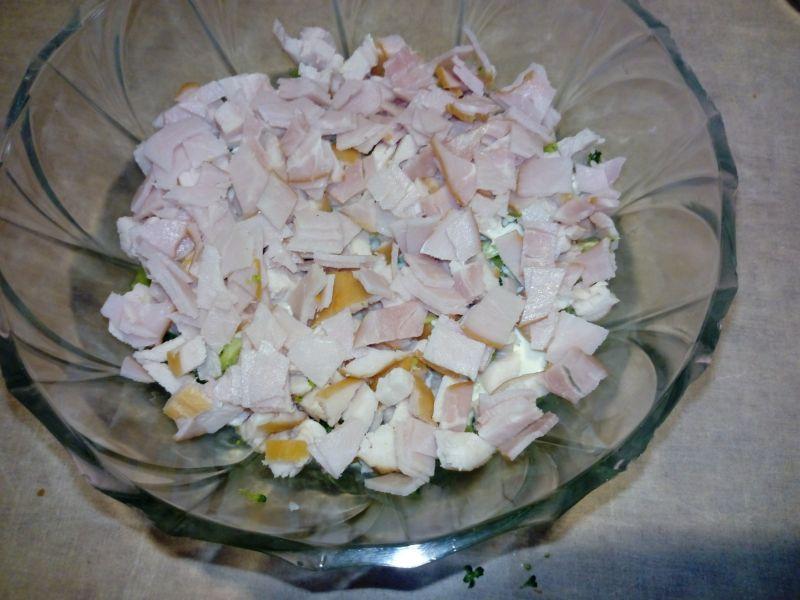 Warstwowa sałatka z grzankami