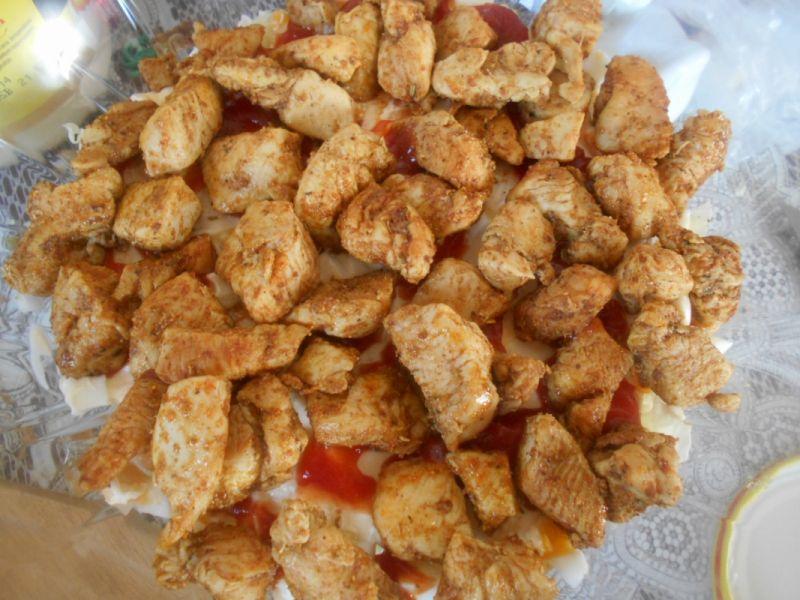 Warstwowa sałatka z kurczakiem