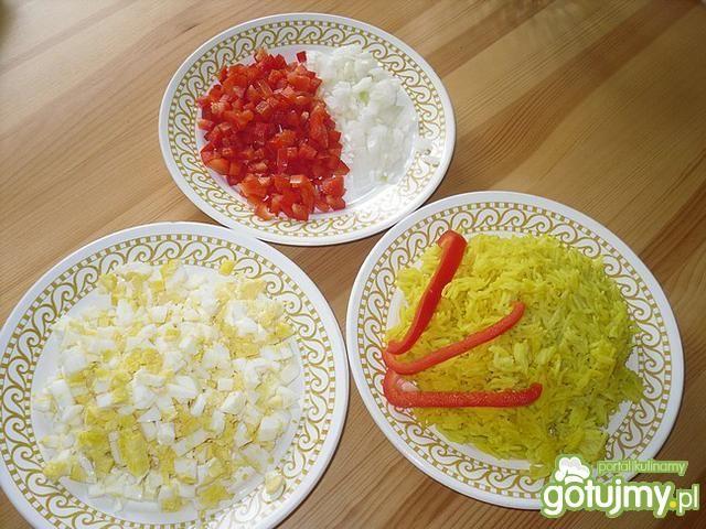 Warstwowa sałatka z ryżem i papryką