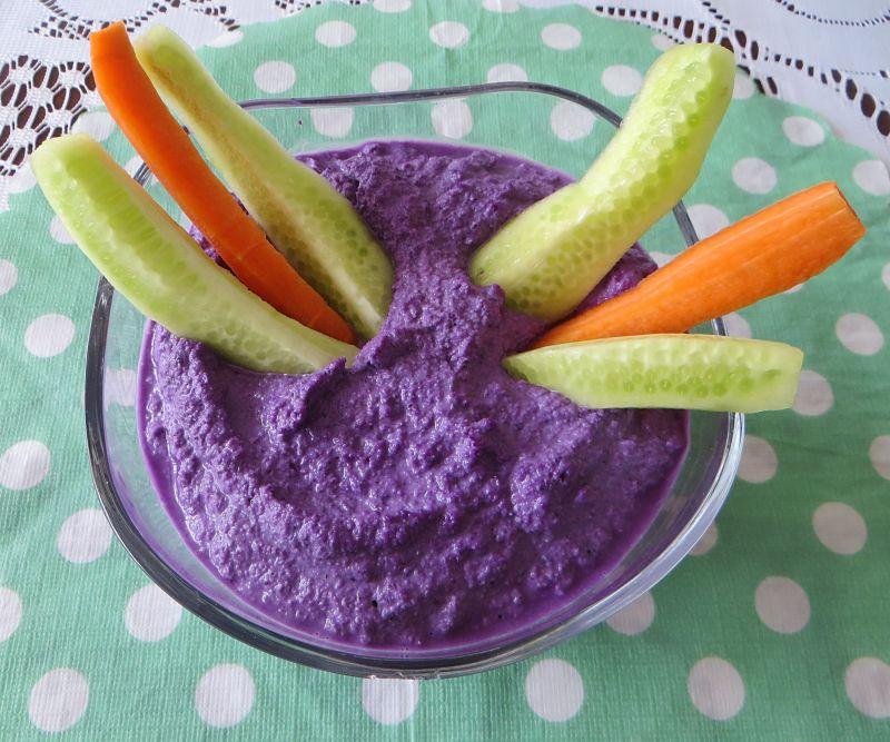 Warzywa z dipem z czerwonej kapusty