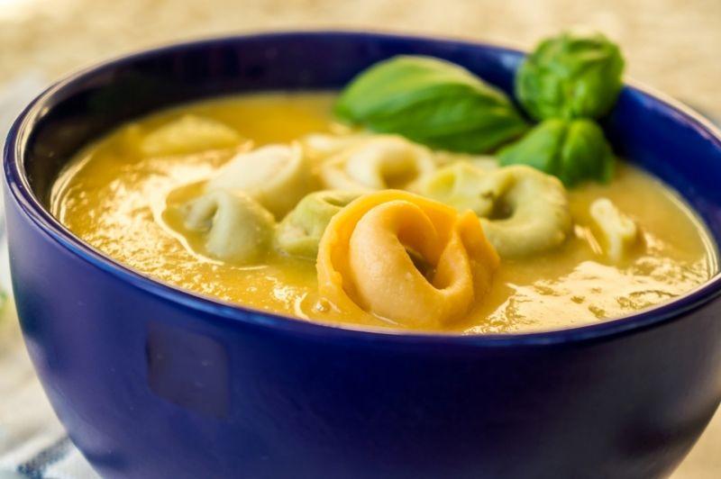 Warzywna zupa-krem z tortellini