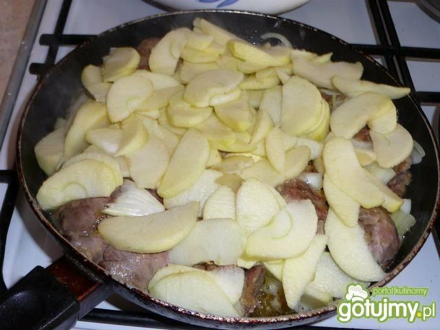 Wątróbka drobiowa w jabłkach z brukselką
