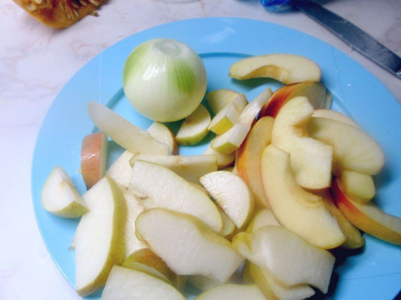 Wątróbka z gruszką i jabłkiem