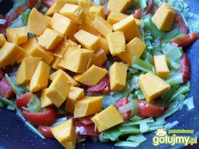 Wątróbka z kurczaka z warzywami w sosie