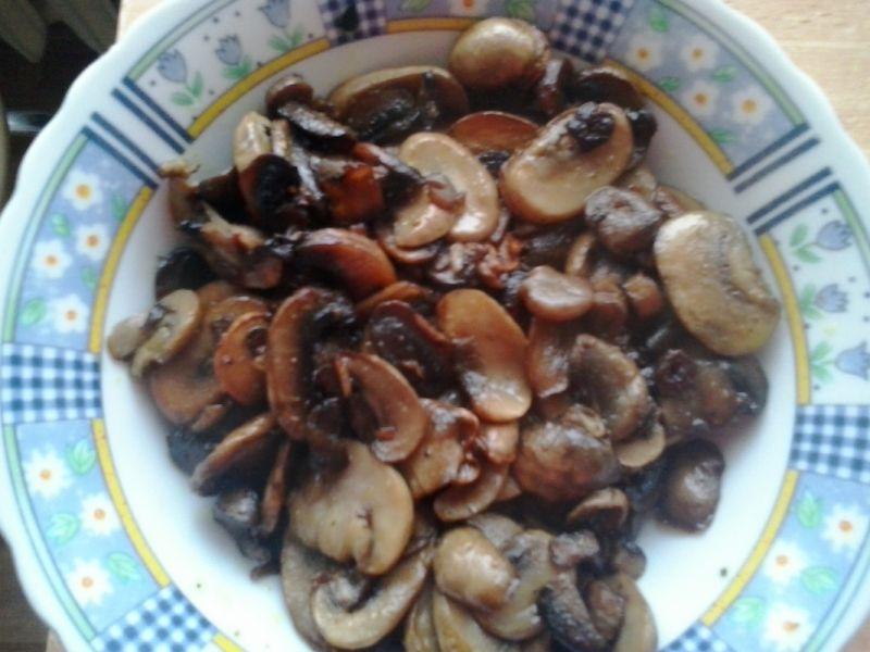 Wegańskie gołąbki z kaszą i smażonymi pieczarkami