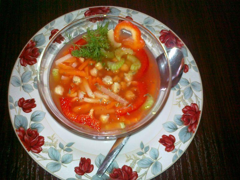 Wegetariańska zupa Minestrone z ciecierzycą