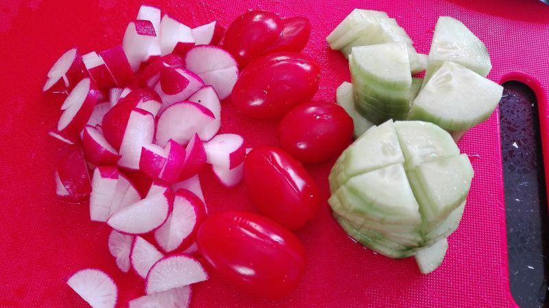 Wiosenna salatka z rzodkiewką w sosie musztardowym