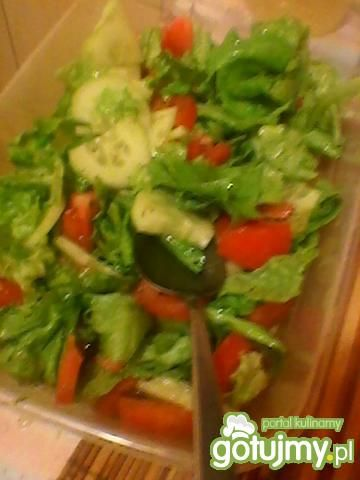 wiosenna sałatka z sosem koperkowym.