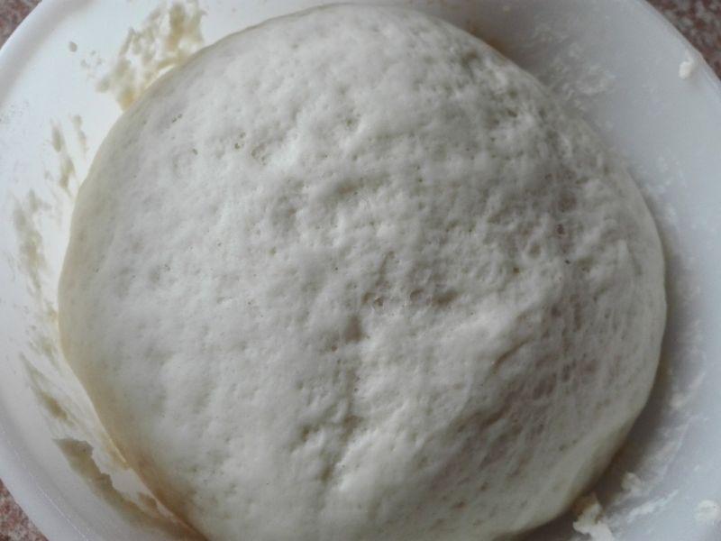 Włoska pizza z szynką i mozzarellą