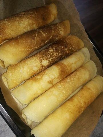 Zapiekane naleśniki z parówkami z serem