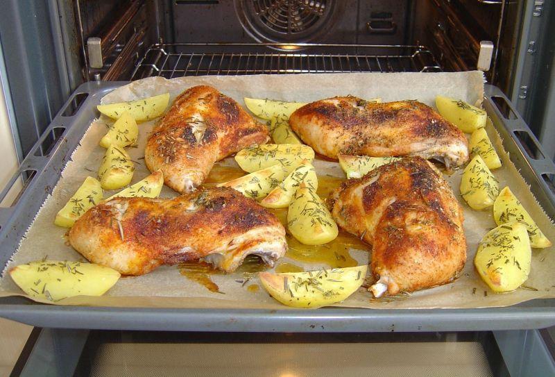 Zapiekane udka kurczaka z ziemniakami i rozmarynem