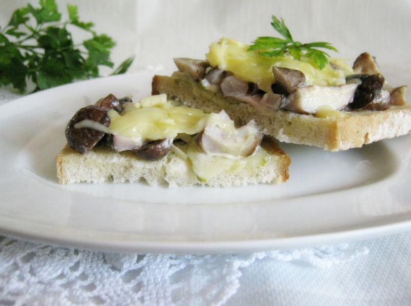 Zapiekanka grzybowa na chlebie