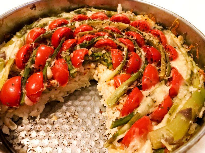 Zapiekanka makaronowa ze szparagami i pomidorkami