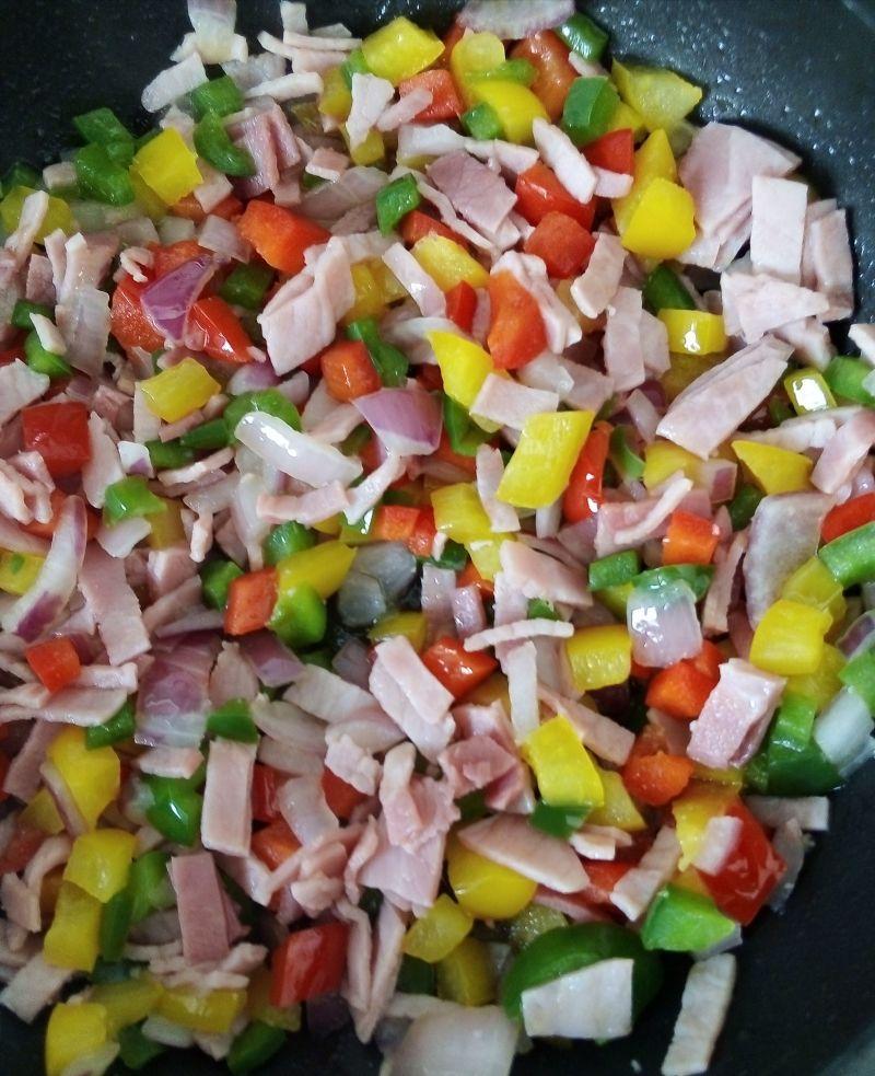 Zapiekanka ryżowa z kolorowymi paprykami i wędliną