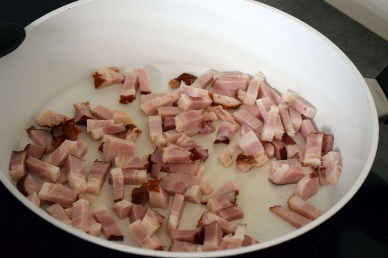 Zapiekanka z brukselki, ziemniaków i boczku