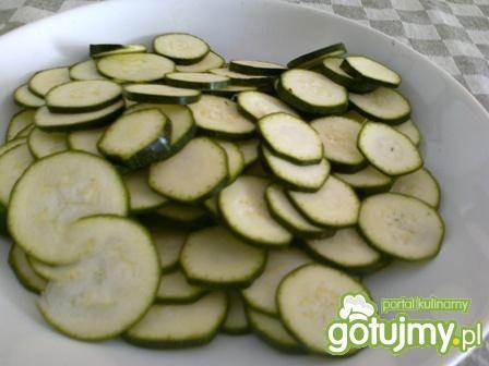 Zapiekanka z kiełbasą i warzywami.