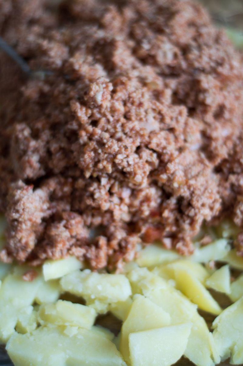Zapiekanka z mięsem pod śmietanowo-serową kołderką