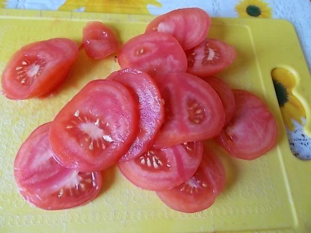 Zapiekanki z ciasta francuskiego, fety i pomidorów