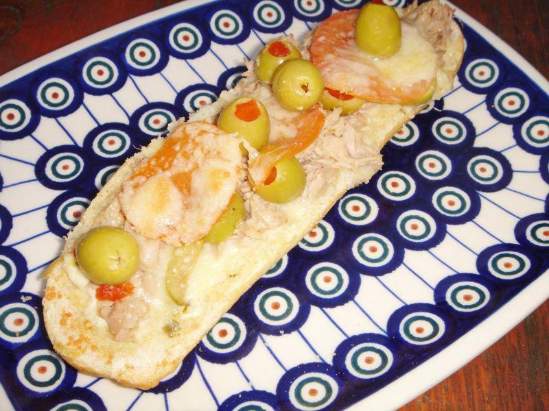 Zapiekanki z tuńczykiem, oliwkami i grana padano