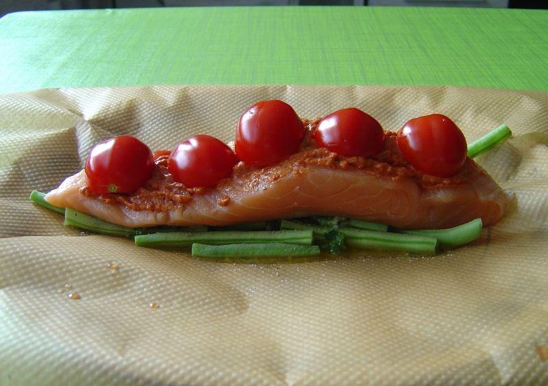 Zapiekany łosoś z pomidorkami i pesto