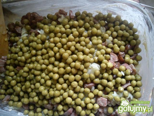 Zapiekany makaron z groszkiem i kiełbasą