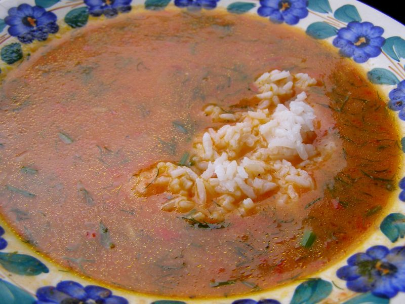 Ze świeżych pomidorów pomidorowa z ryżem na rosole